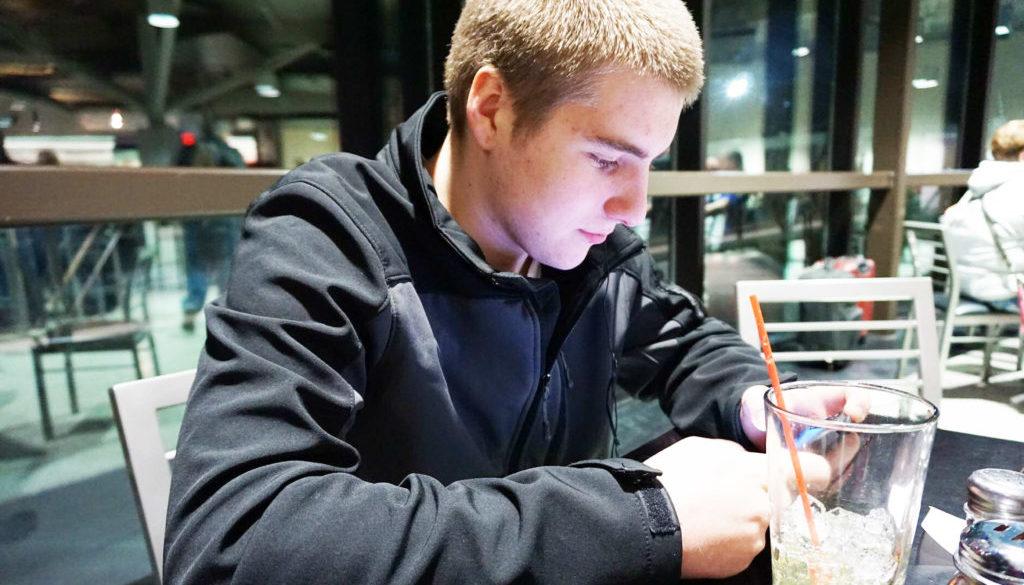 Junger Mann im Terassencafe
