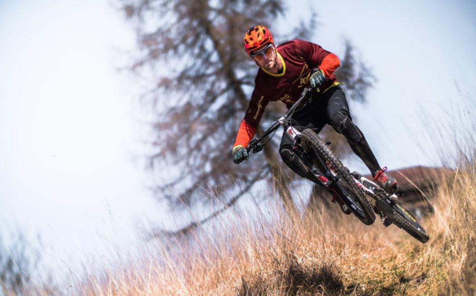 Talwärts fahrender Mountainbiker