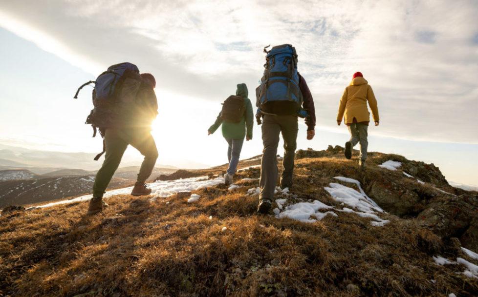 Wandergruppe auf einem Höhenzug
